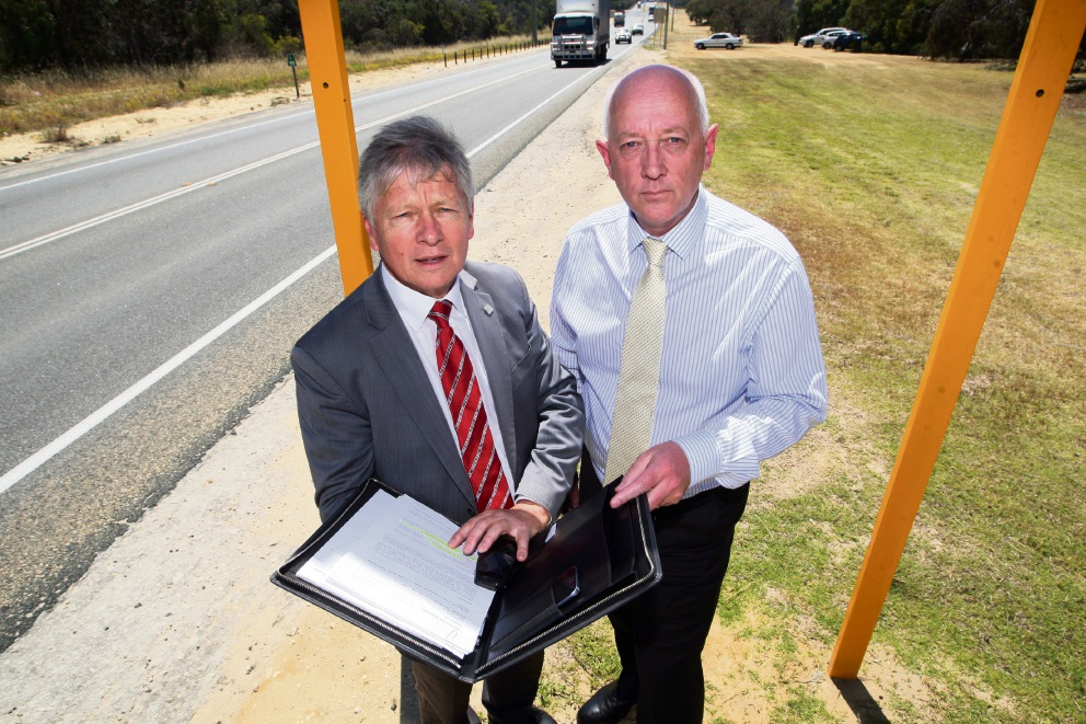Transport Minister Bill Marmion and Wanneroo MLA Paul Miles on  Wanneroo Road.       Picture: Bruce Hunt        www.communitypix.com.au d461424