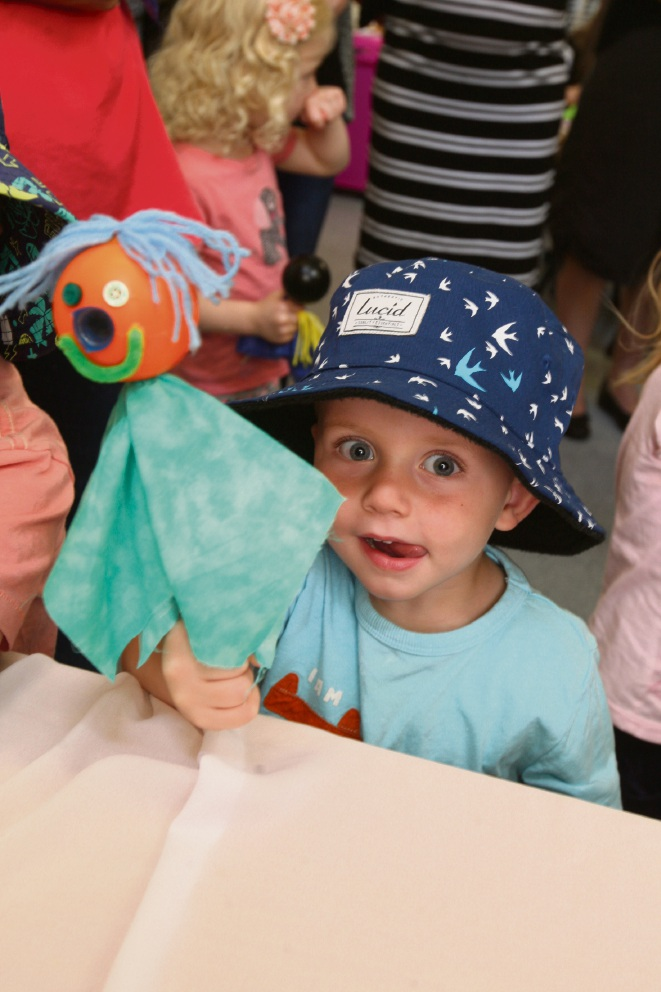 Oliver Rizza (3) makes puppets at Meerilinga Kingsley. Picture: Bruce Hunt    d461214