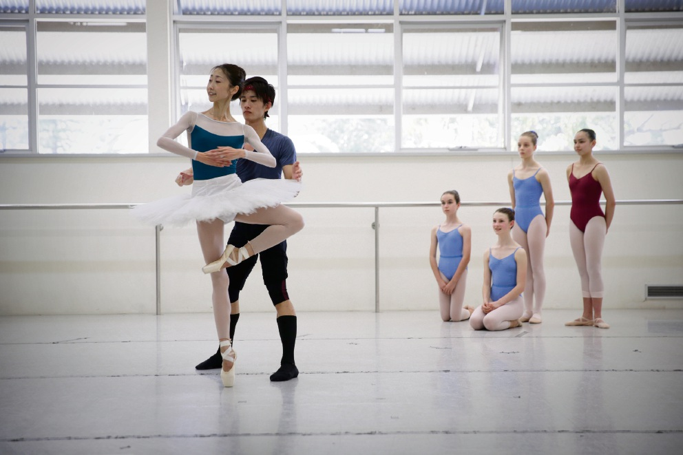 Chihiro Uchida and Kenya Nakamura from the Singapore Dance Theatre with Perth Modern dance students in background. Picture: Andrew Ritchie    d462599