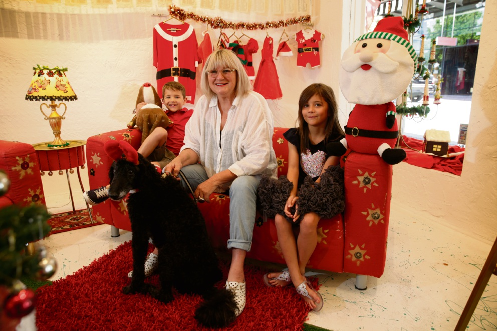 Artist Coral Lowry in the Cozy Christmas Lounge with twins Bryn and Cassia Douglas (8) and dog Jack. Picture: Andrew Ritchie        www.communitypix.com.au   d463118