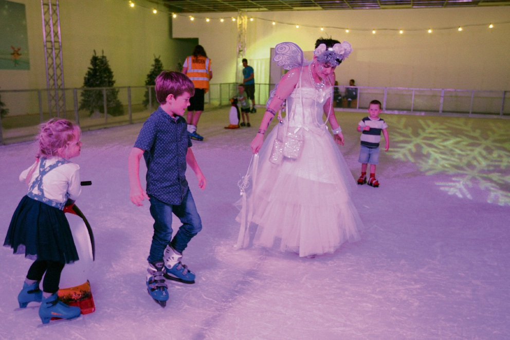 Fairy Bronte with children on the ice rink. Picture: Bruce Hunt           d462990