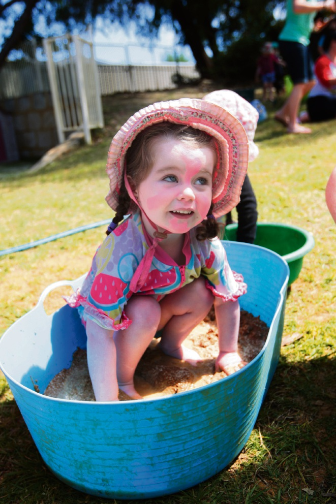 Kallaroo Community Threes: Kindergarten has messy mud day