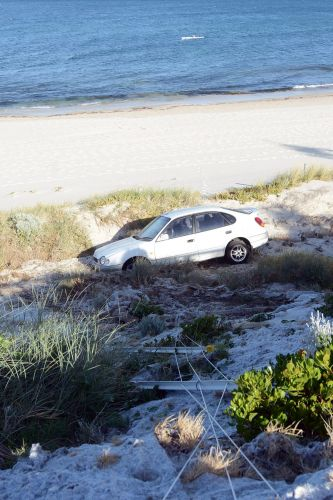 Cottesloe: car that crashed into sand dunes overnight abandoned
