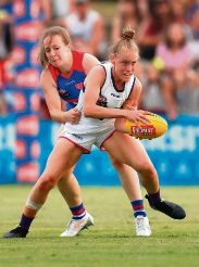 Stephanie Cain in action for the Dockers.