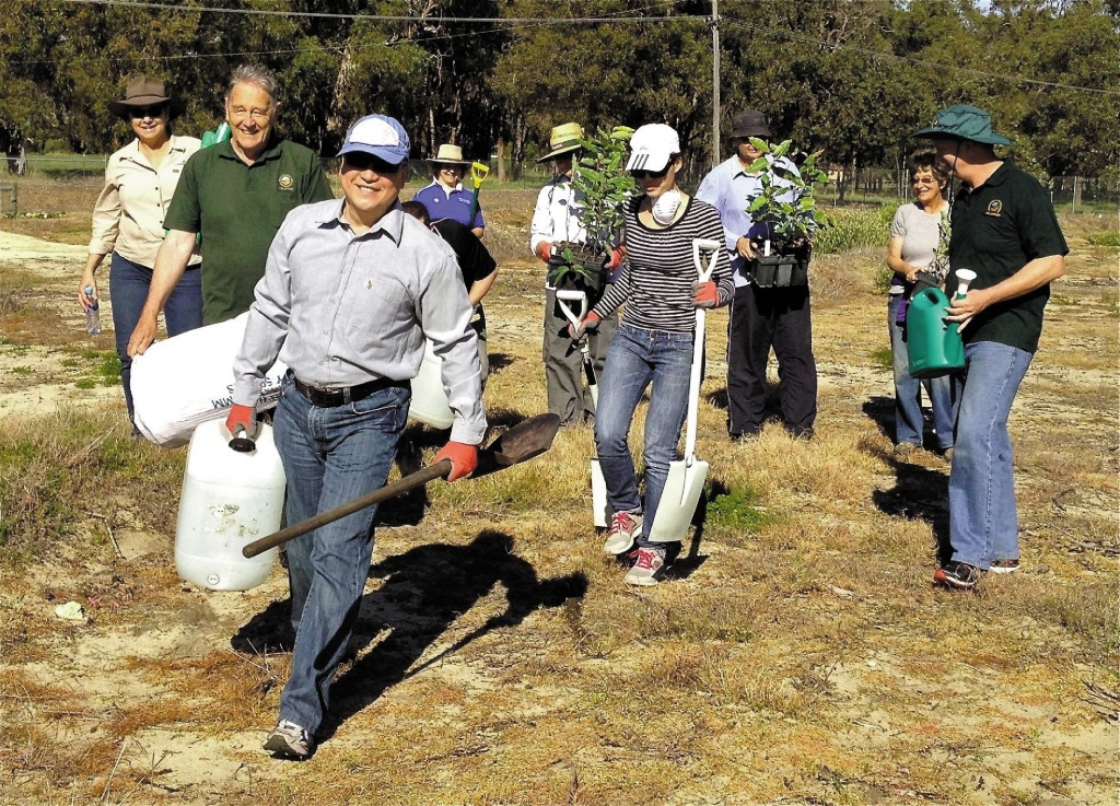 Shell Australia held an employee volunteering day at Yellagonga Park last week.
