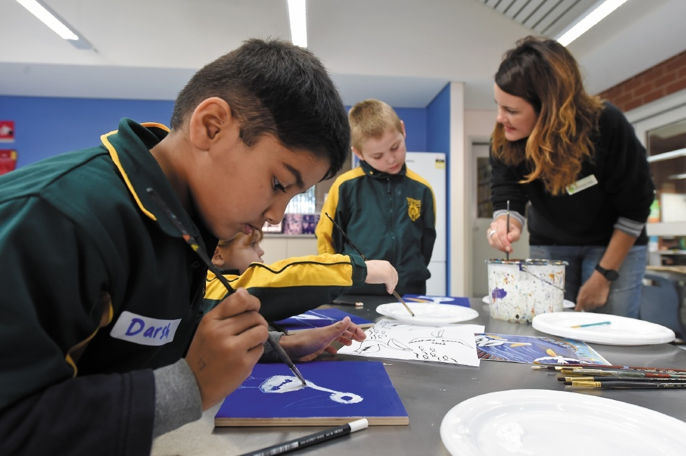 Artist Emma Blyth with Year 1s and 2s and their creations.Picture: Jon Hewson www.communitypix.com.au   d439269