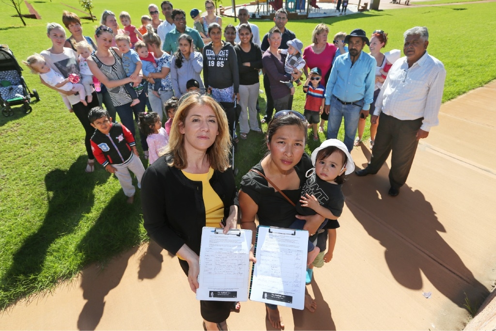 Rita Saffioti MLA with Josephine Dennis and her daughter Sofia (1) and local residents.  Picture: Bruce Hunt        d436635