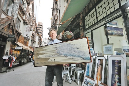 Richard Smyth, who has been honing his photographic craft for 20 years, outside his new shop in London Court.  Picture: Andrew Ritchie        www.communitypix.com.au   d442925