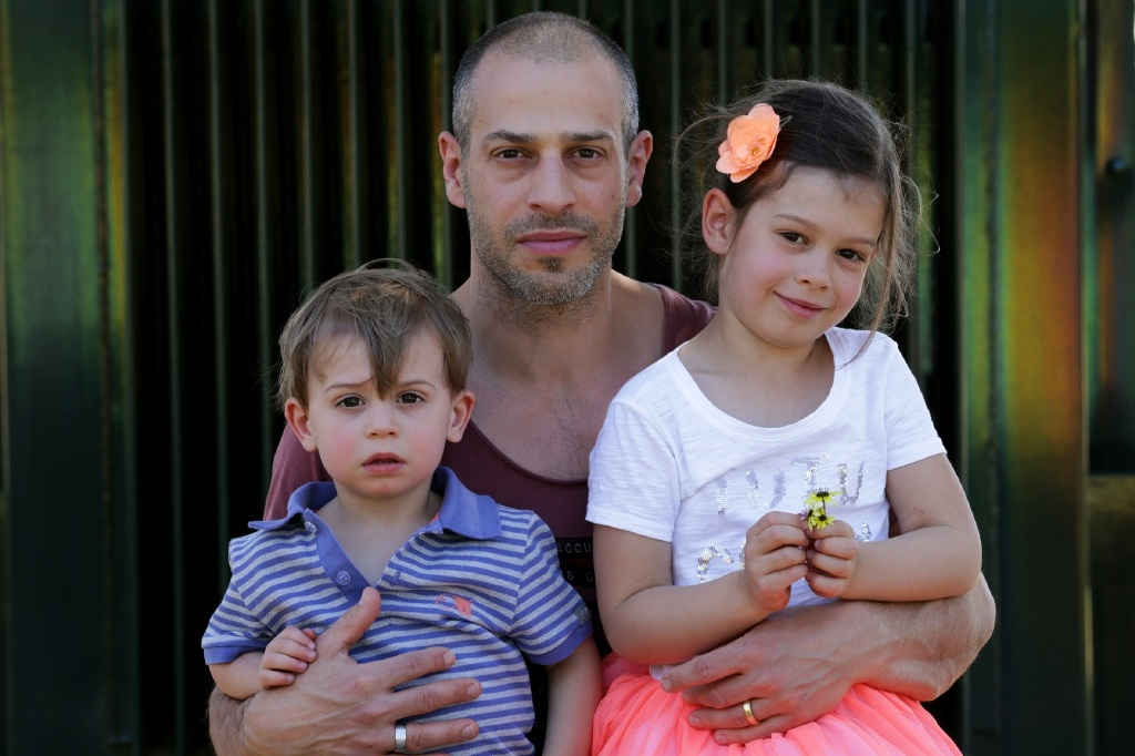 Gary Russo with his children Jaden (2) and Ilana (5).Picture: Martin Kennealey www.communitypix.com.au   d444123