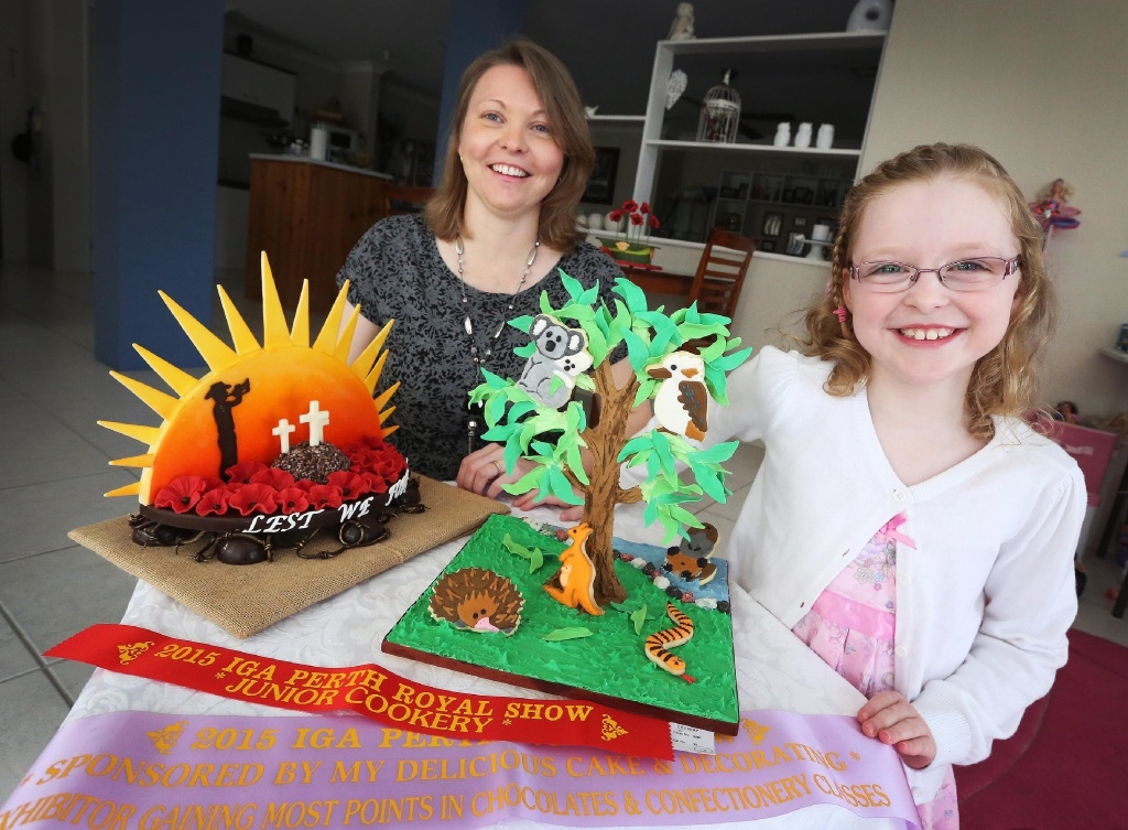Mary Milne and daughter Isabelle (7) with their winning cakes. Main picture: Matt Jelonek        www.communitypix.com.au   d444440
