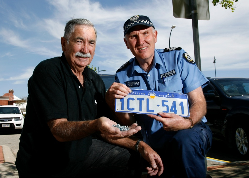 Bob O'Sullivan, from Heathridge Residents Association, and Senior Sergeant Craig Wanstall with the anti-theft screws. Picture: Marie Nirme        www.communitypix.com.au   d444699
