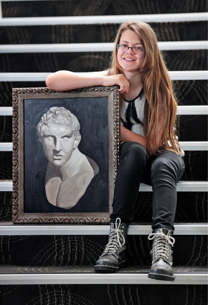 Izabella Kitching with her award-winning work of art. Picture: David Baylis www.communitypix.com.au   d444844