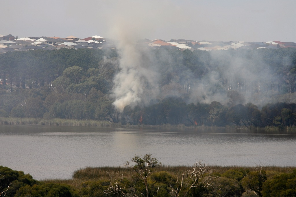 Wednesday's fire was on the edge of Lake Joondalup.        d444797