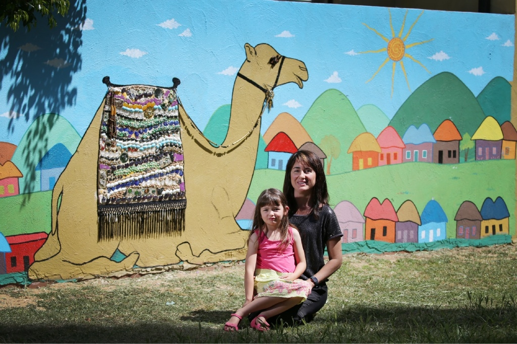 Artist  Isabel  Van  Kampen  with  her  daughter  Sophia  in  front  of  the  mural  at  the  Deanmore Duke Reserve. Picture: Andrew Ritchie         www.communitypix.com.au   d444786