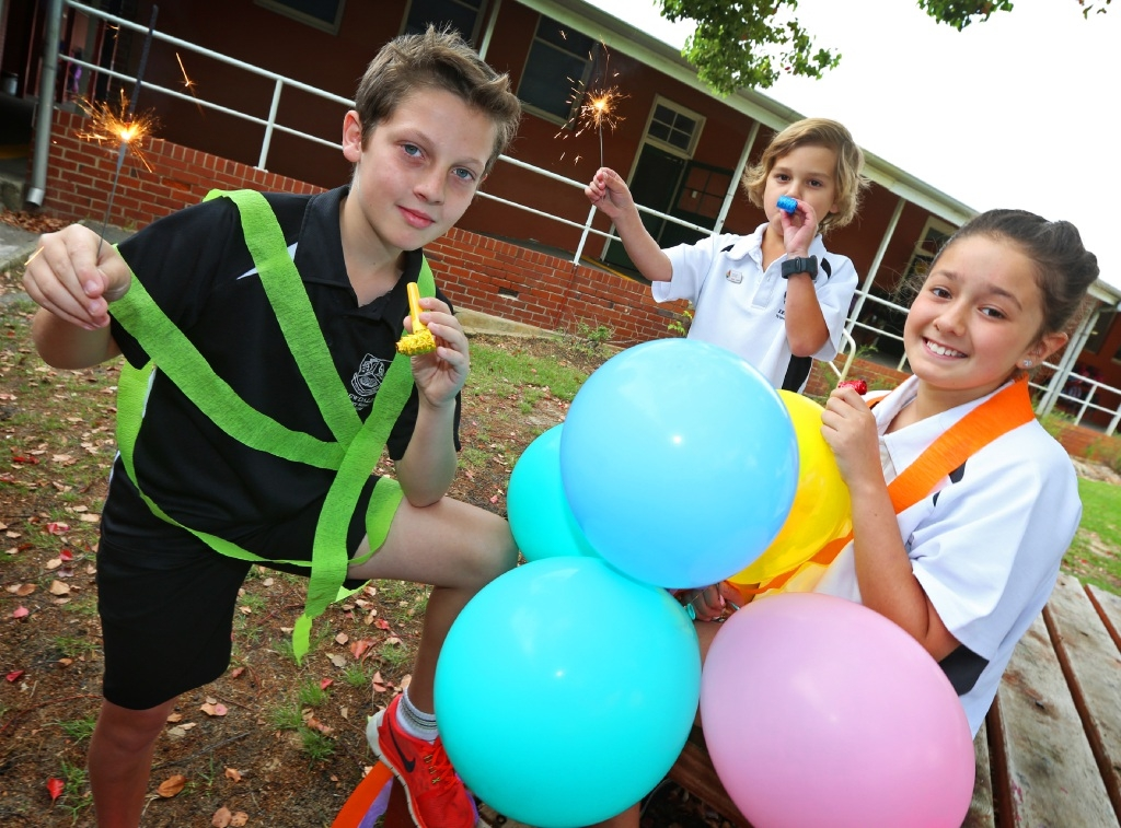 Kewdale Primary School students Riley Murcer (Year 6), Jake Piani (Year 3) and Ela Gulhan (Year 4) get the party trimmings ready as they prepare to celebrate its 100th year.  Picture: Matt Jelonek        www.communitypix.com.au   d444046
