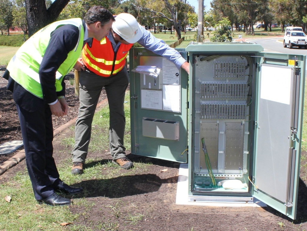Minister Keenan with a WA NBN employee.