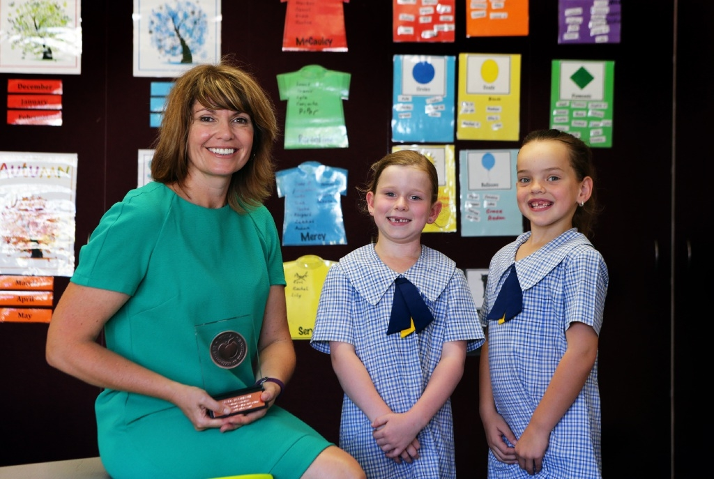 Year 1 teacher Nicole Crosthwaite with students Sophie Kilgallon and Piper Ewen. Picture: Martin Kennealey        www.communitypix.com.au d446454