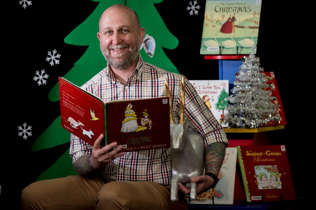 Steve McQuade gets into the spirit of Christmas at Fremantle Library. Picture: Will Russell        www.communitypix.com.au   d446553