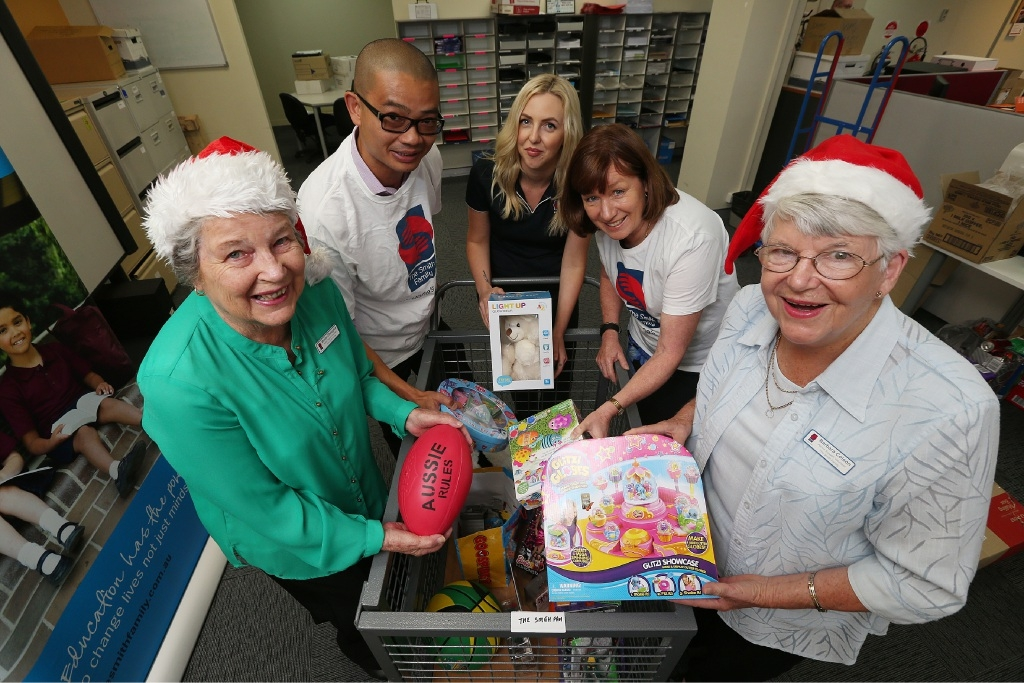 Gifts galore: Monica O'Donoghue (vol), Paul Chang (staff), Monica O'Donoghue, Paul Chang, Samantha Scott, Lorna Woodley and Barbara Colson . Picture: Andrew Ritchie www.communitypix.com.au   d446617