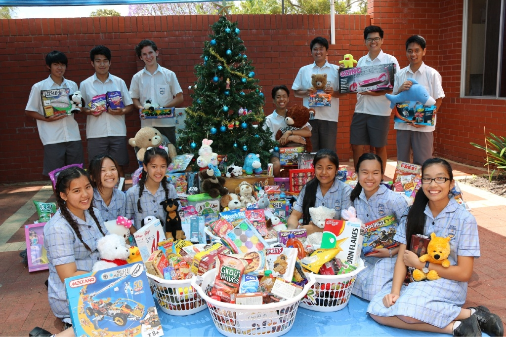 Mercy College students with the hampers and toys they collected through the PaMa Chi Shop.