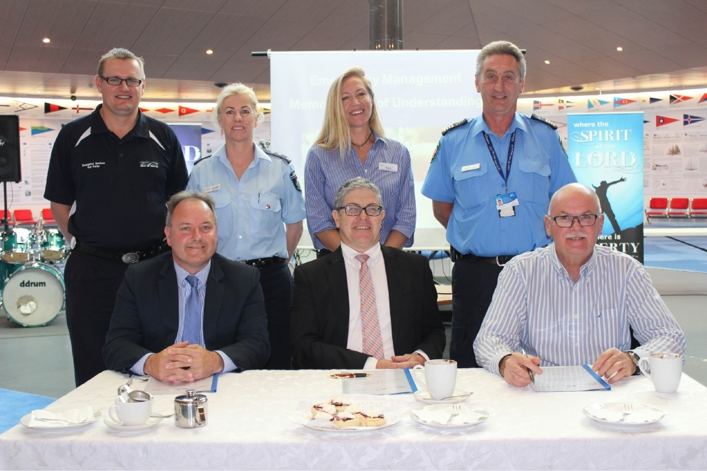 Murray chief executive Dean Unsworth, Mandurah chief executive Mark Newman and Rockingham chief executive Andrew Hammond sign the agreement watched by emergency management representatives Ron Porter, Donna Walker, Myra Giardini and Greg Whip.