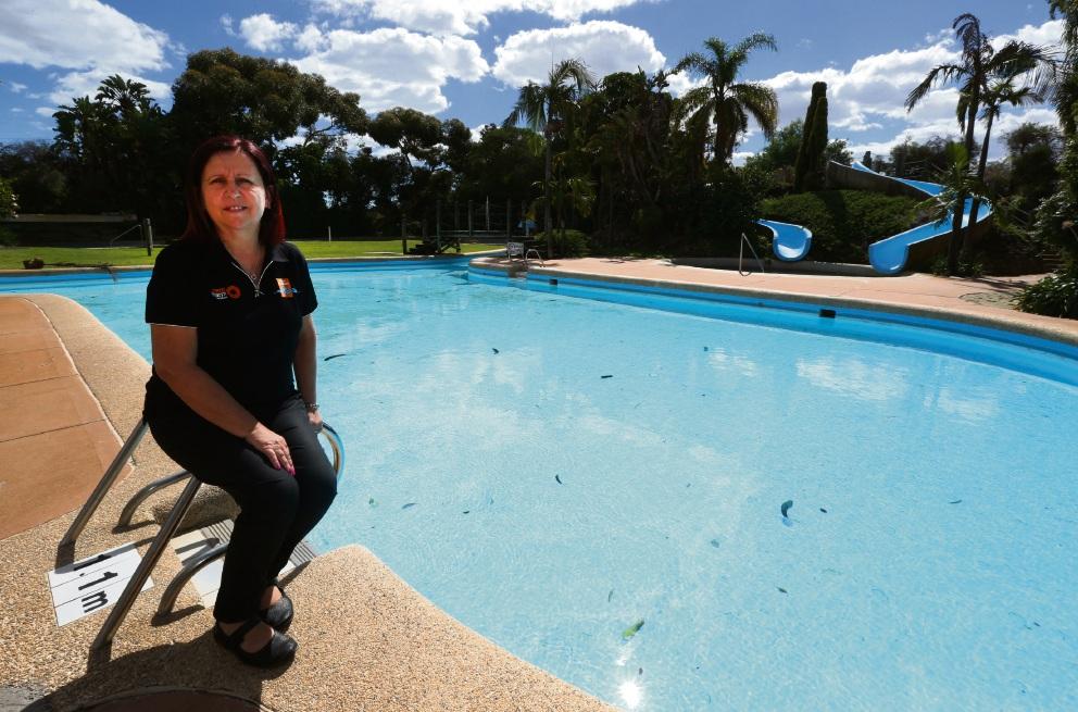 Margaret Curry at the centre. Picture: Matt Jelonek www.communitypix.com.au   d467727