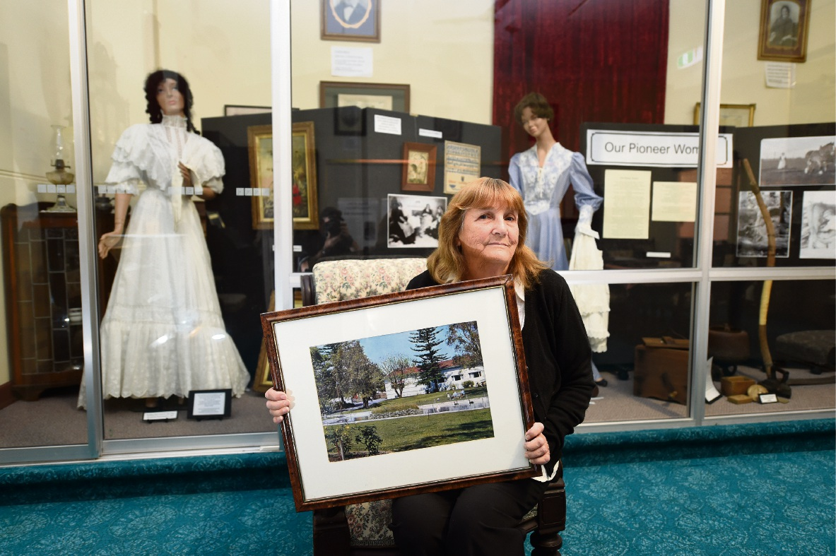 Rockingham Museum curator Wendy Durant with a picture of how the Rockingham Hotel gardens looked before they were turned into a carpark. Pictures: Jon Hewson        d467899