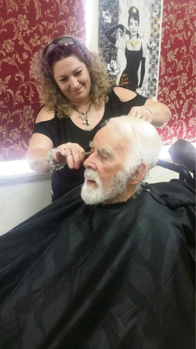 WWII Vet gets spruced up for Anzac Day by generous High Wycombe barber