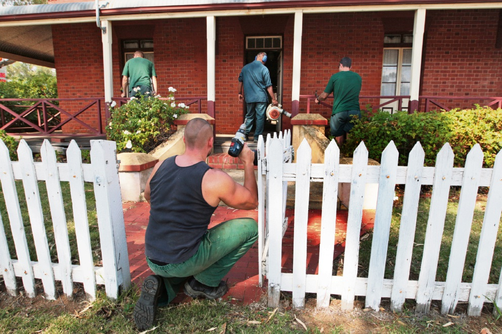 The work party from Wooroloo Prison Farm carries out maintenance repairs at Butterly Cottages. Picture: Bruce Hunt www.communitypix.com.au   d468244