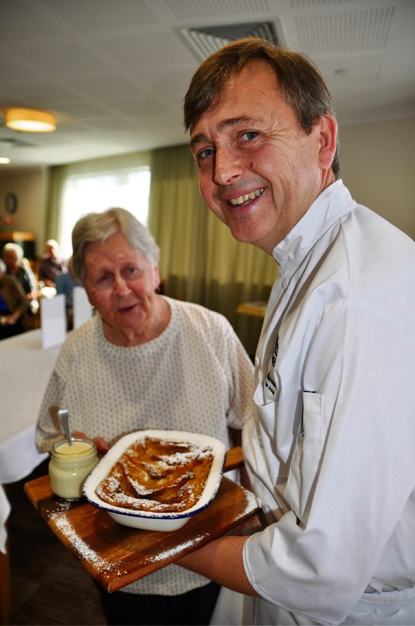 Braemer Cooinda resident Pat Collins with renowned chef and author Sean Anderson.