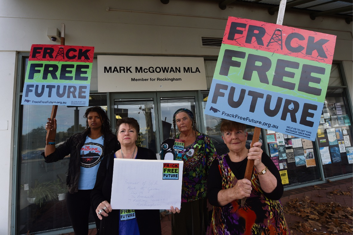 Angelica Hjalmarsson, Linda Ray, Maryann Rath and Rae Heston protesting outside the Premier's office in Rockingham. Picture: Jon Hewson �������www.communitypix.com.au   d470355