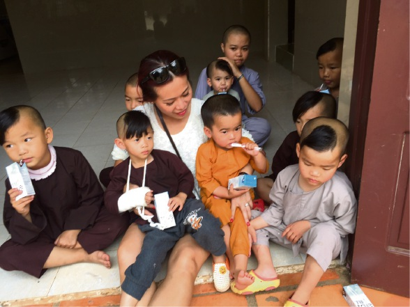 Jenny Do with some children at the Bao Hoa orphanage.