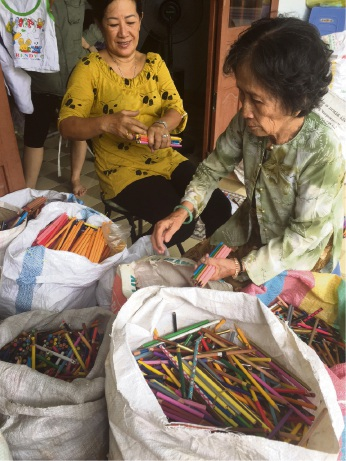 Jenny Do's aunt Hai Nguyen and mum , Kim Nguyen sorting the the school supplies to donate.