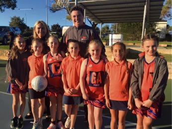 Wanneroo MLA Sabine with Hocking Netball Club president Grant Bowen and members of the Year 4 team.