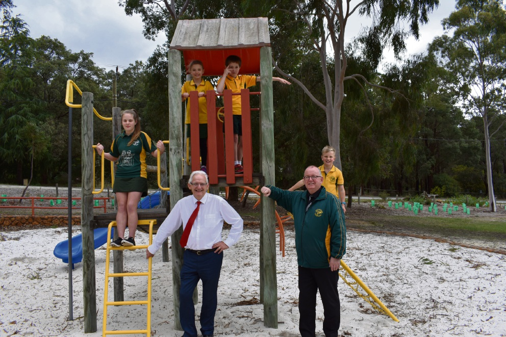 Kalamunda MLA Matthew Hughes with Mundaring Primary School principal Paul Larkin and students.