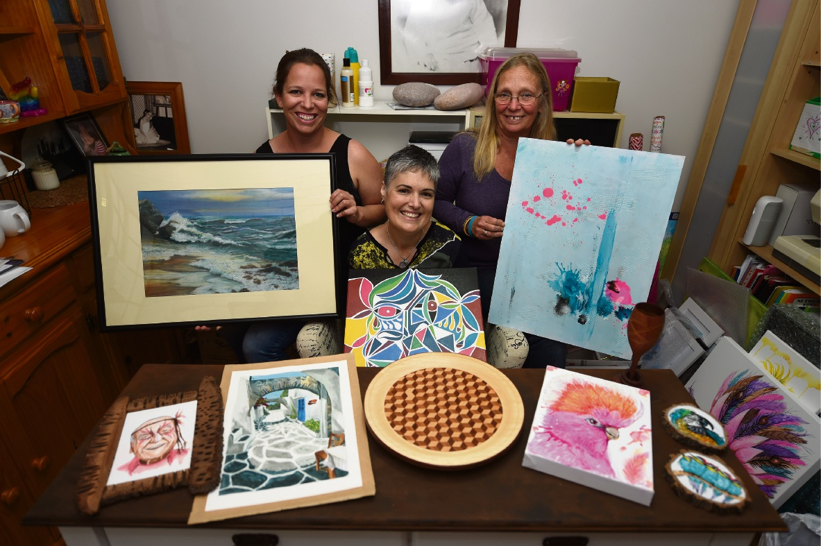 Lyn Hay, Naomi Greaves and Sharon Young. Picture: Jon Hewson www.communitypix.com.au d474350