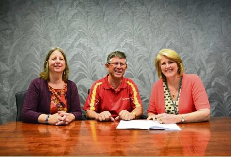 Mandy Grubb from Kwinana Community Chest, John Iriks from Bendigo Bank and City of Kwinana Mayor Carol Adams signing the Memorandum of Understanding.