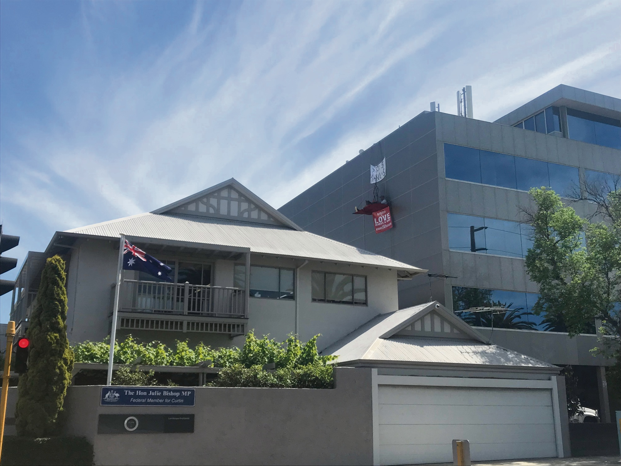 Subiaco: two men suspended above Julie Bishop's office in protest against conditions on Manus Island removed by police