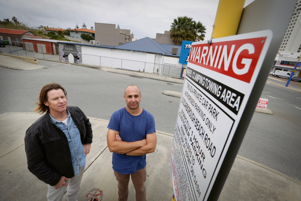 Clamping continues. Business owners Wayne Bowen and Stuart Wright pictured in 2017 with a wheel clamping warning sign. Picture: Andrew Ritchie www.communitypix.com.au   d475593