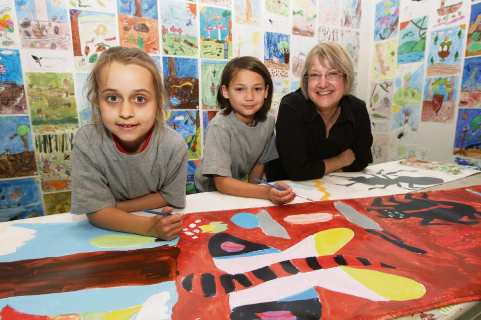 Abbey Smith and Cyrus Cargill with artist Louise Cook. Picture: Bruce Hunt www.communitypix.com.au   d476068
