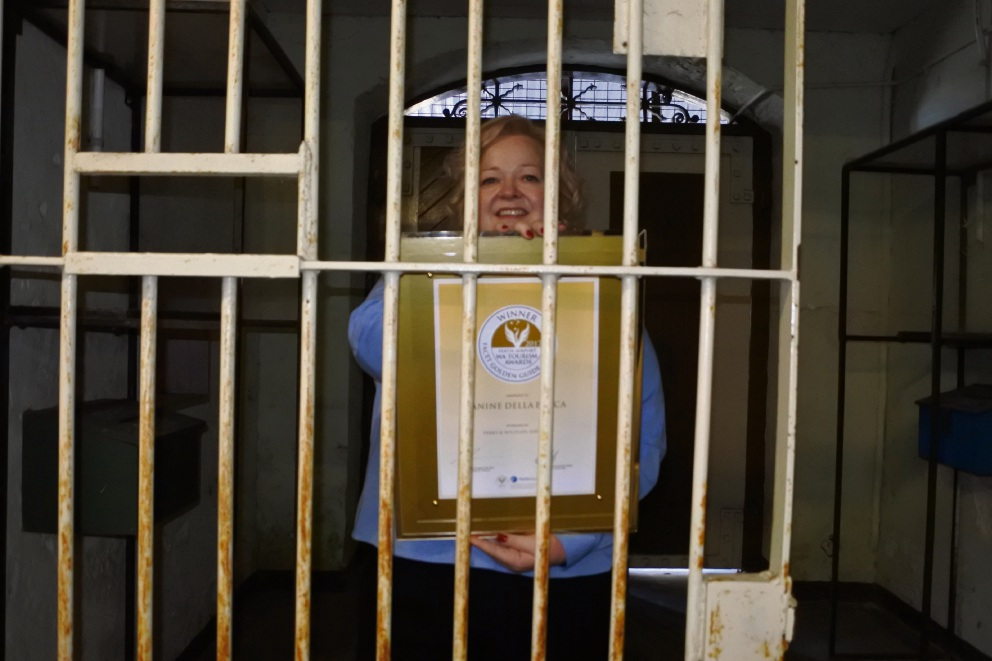 Fremantle Prison art tour leader Janine Della Bosca with her award.