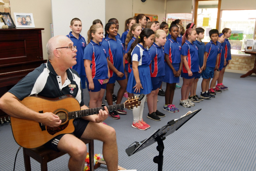 Paul Borbas with the Forrestfield Primary School Choir. Picture: Bruce Hunt www.communitypix.com.au   d476311