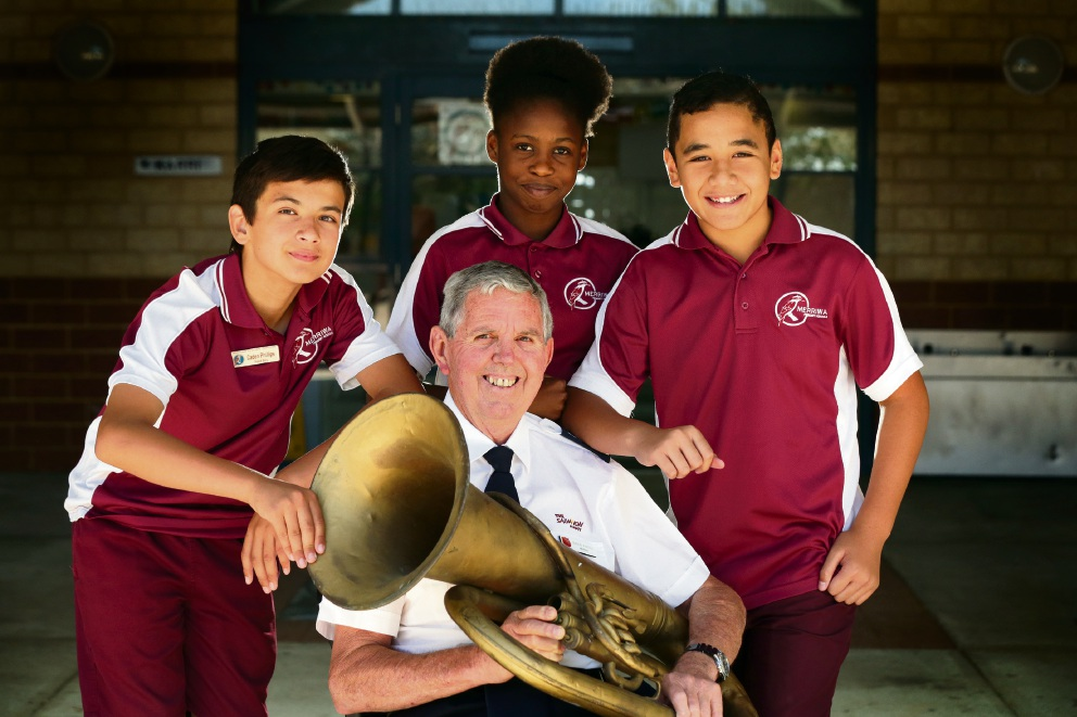 Gordon Pursell (Merriwa Corp Salvation Army) with year 6 students Caden Phillips, Elizabeth Niyibhigra and Tima Mackie. Picture: Martin Kennealey www.communitypix.com.au d476626