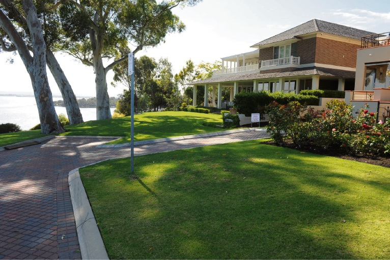 The small crossover and claimed overlooking where contested by lawyers arguing for the owners of the two houses in Chine Place, Mosman Park.