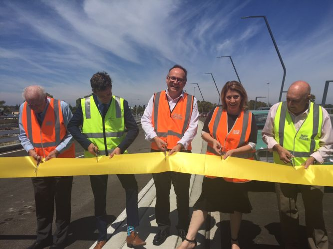 David Templeman and Rita Saffioti cut the ribbon flanked by Mandurah Mayor Rhys Williams and vintage car drivers John Bosich and Mike Robson from the Vintage Car Club of WA.