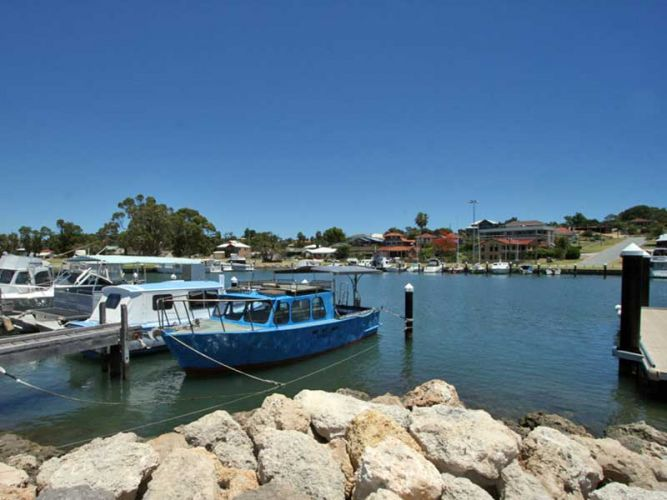 Five people taken to hospital after boat capsizes on Mandurah Estuary