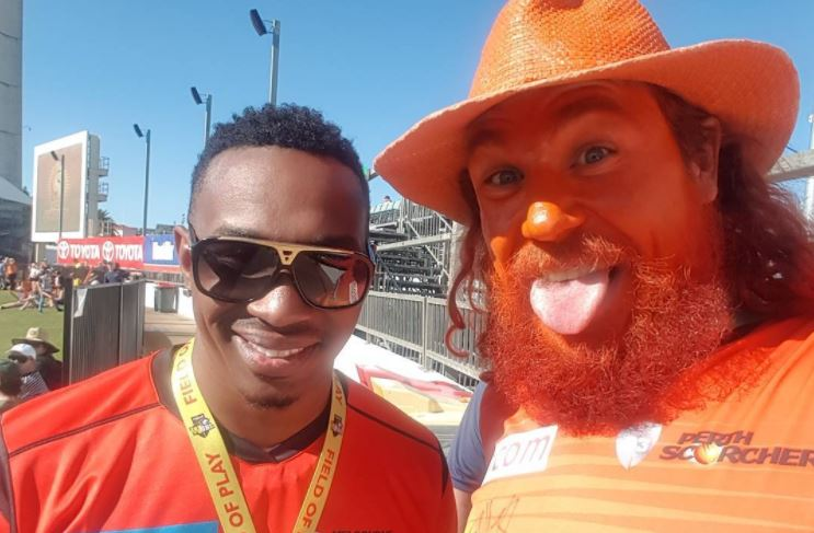 Dwayne Bravo (l) and Perth Scorchers fan James Keating, AKA 'Choombies'.