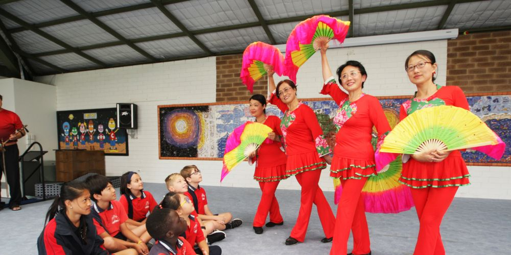 Eddystone Primary School students with Perth Rainbow Performance Club traditional Chinese dancers. Picture: Bruce Hunt d480764