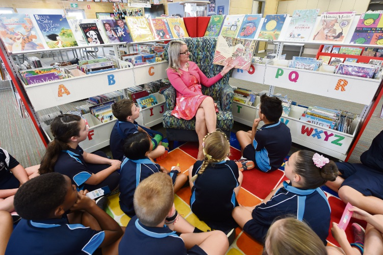 Sarah McGowan reading to Tuart Rise PS students in Baldivis. Picture: Jon Hewson d481581