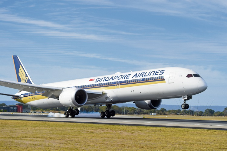 Singapore Airlines new Boeing 787-10 aircraft touches down at Perth Airport. Pictures: Jon Hewson d482513